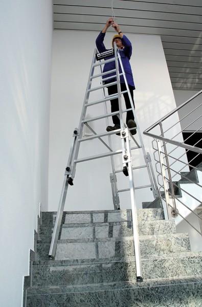 Günzburger Aluminium-Stehleiter treppengängig mit 4 Holmen + Werkzeugablage
